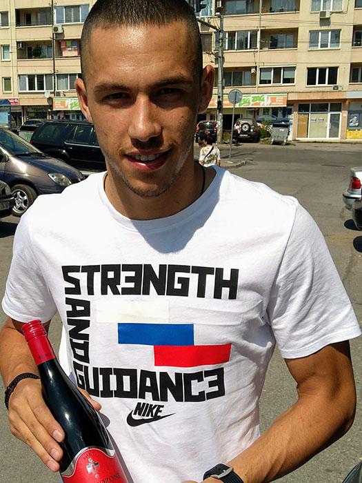 Топ нападателят на Левски и националния отбор Станислав Иванов се радва на компанията на вино Бургозоне